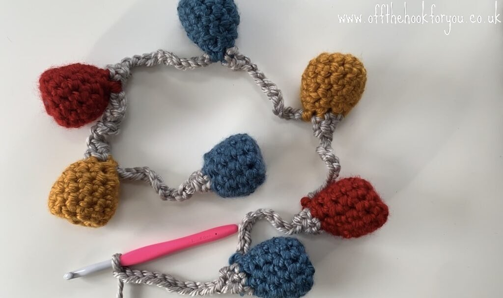 super quick crocheting bauble bunting festoon. free crochet pattern.  www.offthehookforyou.co.uk