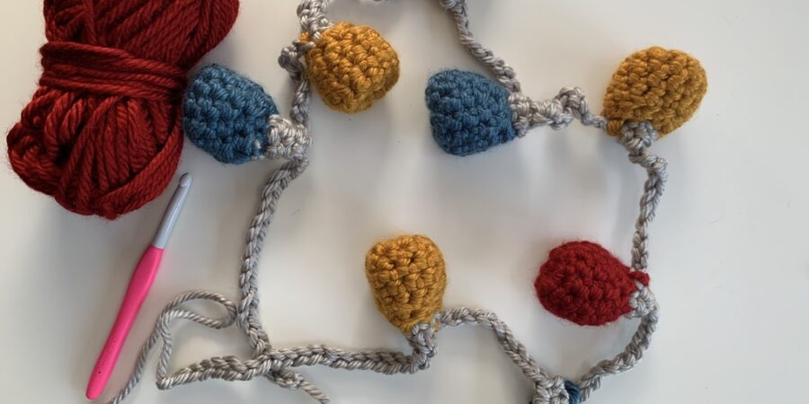 crochet bauble bunting, festive make, free pattern. www.offthehookforyou.co.uk