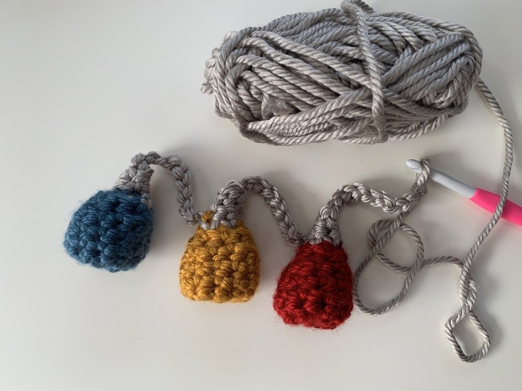 crochet bauble bunting, quick make. free pattern www.offthehookforyou.co.uk